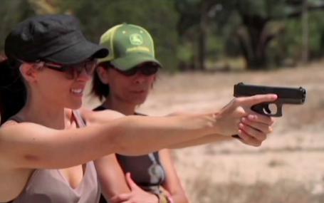 愛她的槍 Loves Her Gun